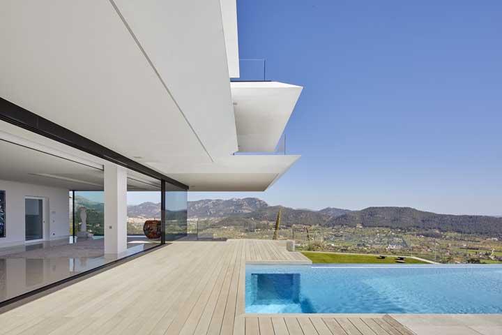 Opção belíssima de piscina com borda de vidro com vista panorâmica