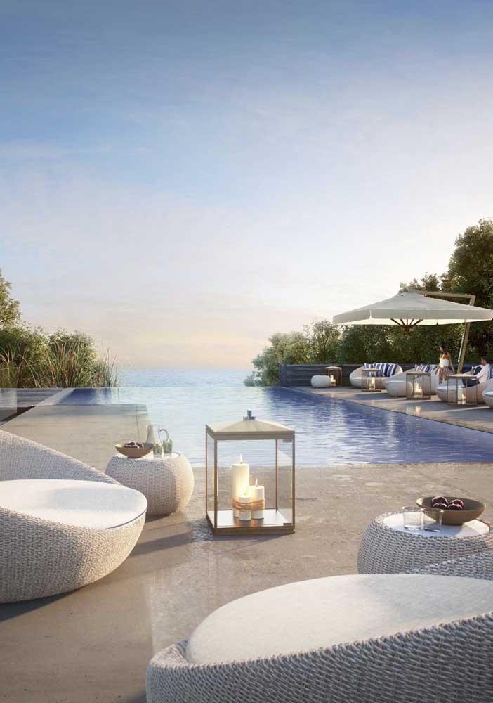 Casas construídas em lugares altos também são perfeitas para a inclusão de piscinas com borda infinita