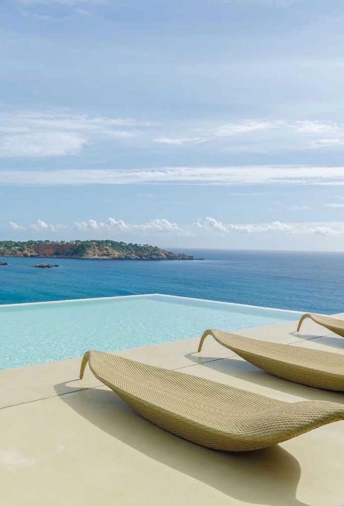 Essa casa com vista para o mar contracenou perfeitamente com a piscina com borda infinita; a integração da piscina com a paisagem é de arrancar suspiros