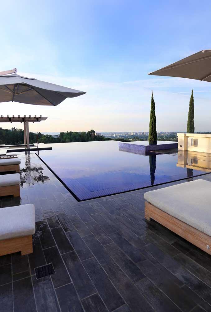 A ilusão criada pelos projetos de piscinas com borda infinita é incrível