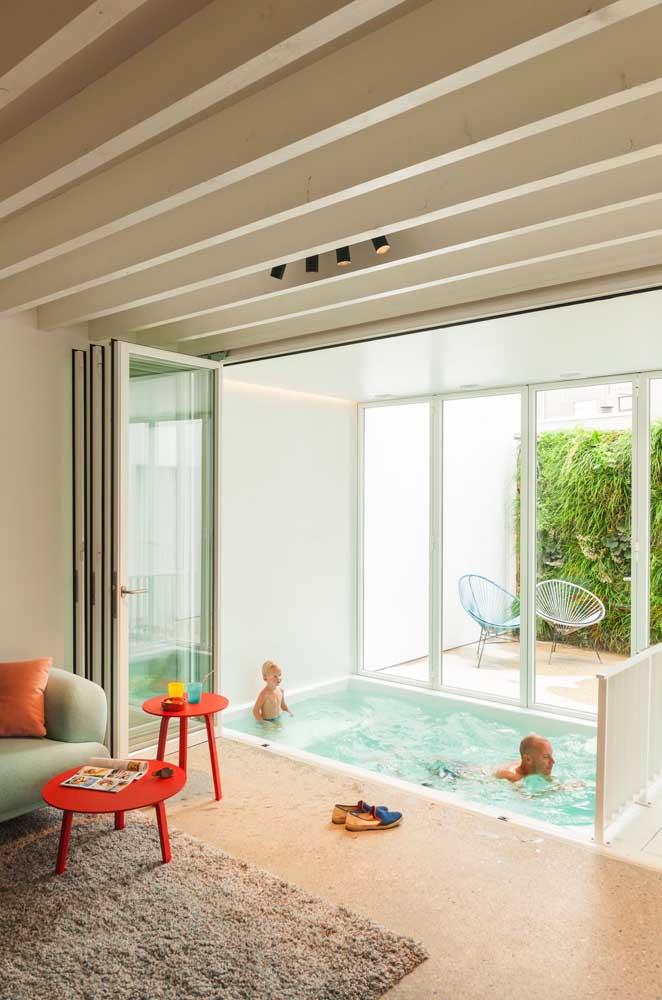 A diversão da família está garantida com essa piscina de fibra pequena dentro da sala de estar; um projeto original