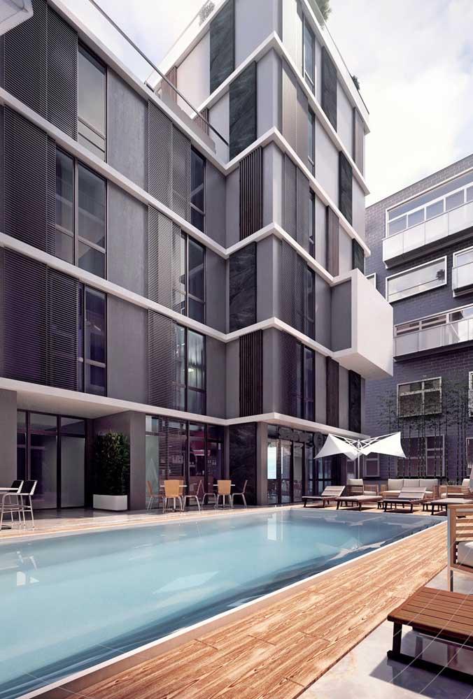 Piscina de fibra grande para o conjunto de moradias; a facilidade de limpeza e manutenção torna esse tipo de piscina ideal para uso coletivo