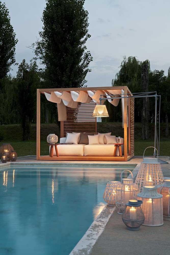 Um espaço todo especial montado em torno dessa piscina de fibra, tornando a experiência da piscina ainda mais prazerosa