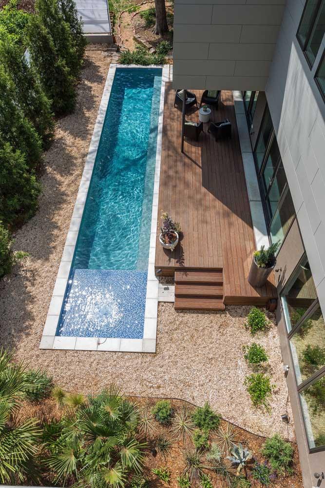 Outra opção de piscina de fibra para espaços pequenos: longas e estreitas