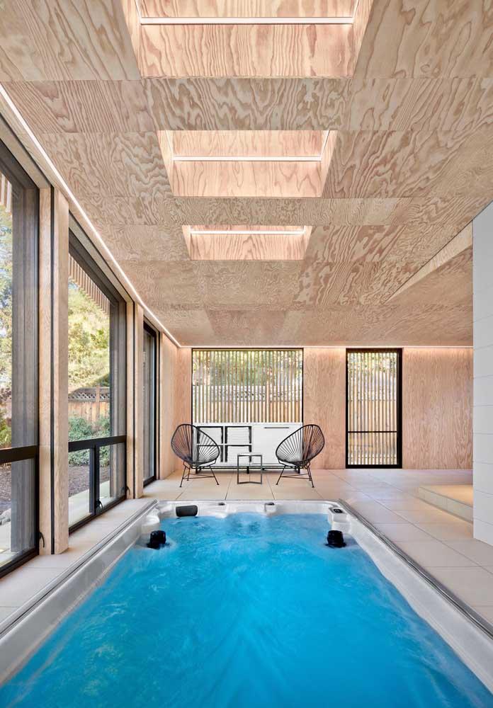 Piscina de fibra para a área coberta da casa; nesse projeto, a piscina pode ainda receber sistema de aquecimento