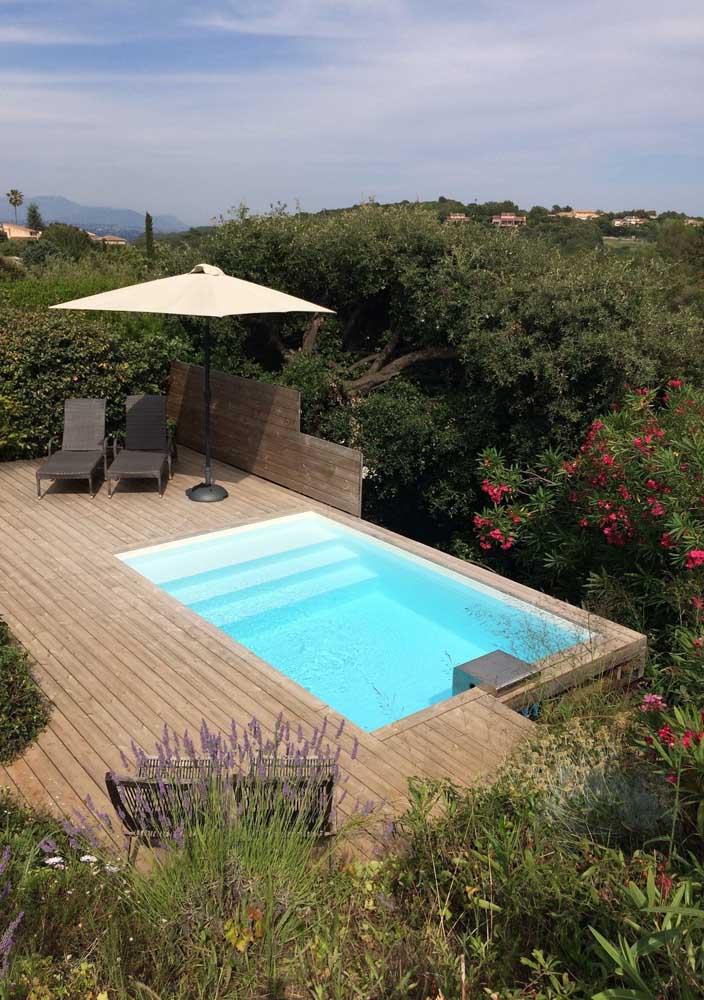 A casa em meio à natureza apostou na praticidade e versatilidade da piscina de fibra