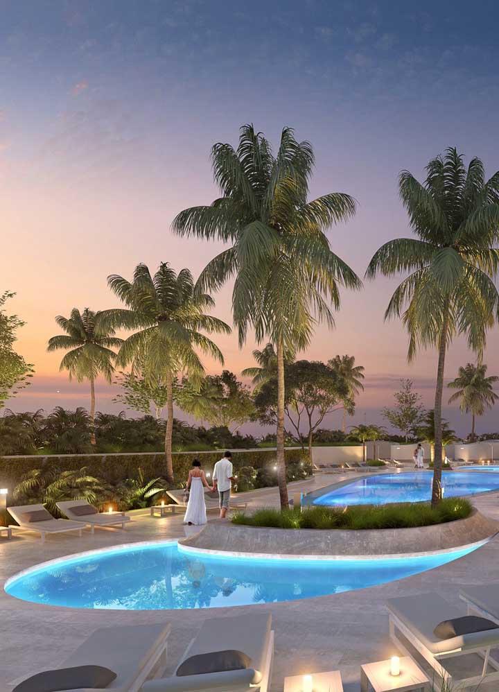 Uma iluminação diferenciada ajuda a valorizar a piscina de fibra