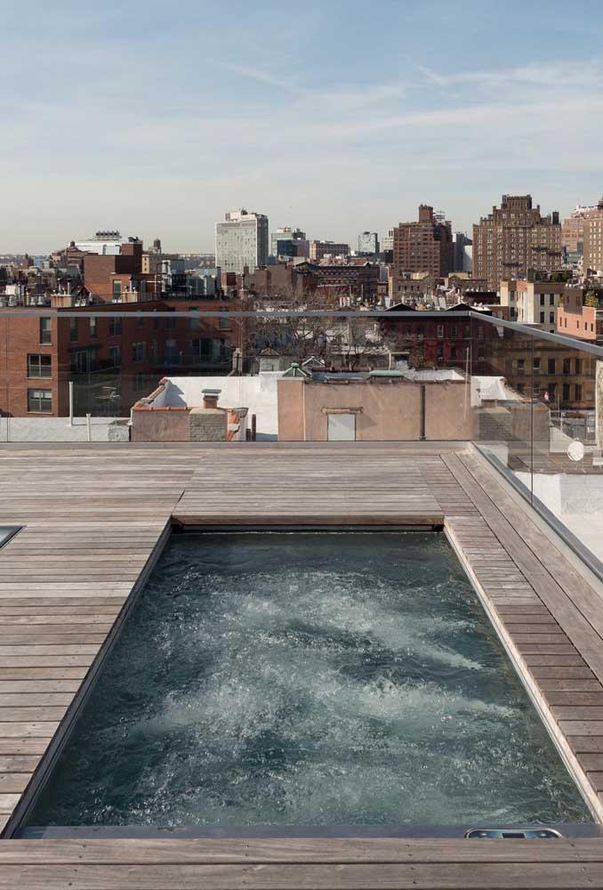 Essa cobertura ganhou uma piscina de fibra com deck de madeira