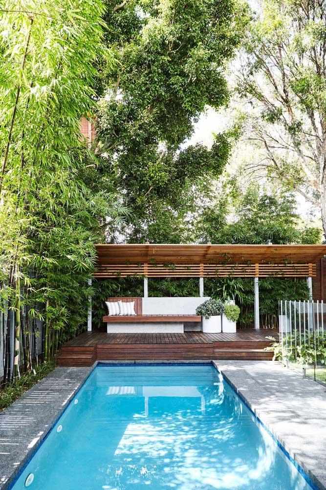 Para deixar o espaço em torna da piscina de fibra ainda mais convidativo foi construído um gazebo de madeira