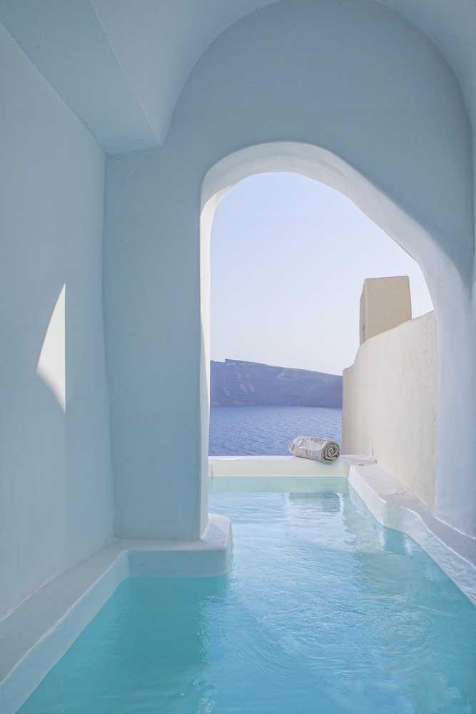 Que projeto incrível! A piscina de fibra parece se fundir com a paisagem externa