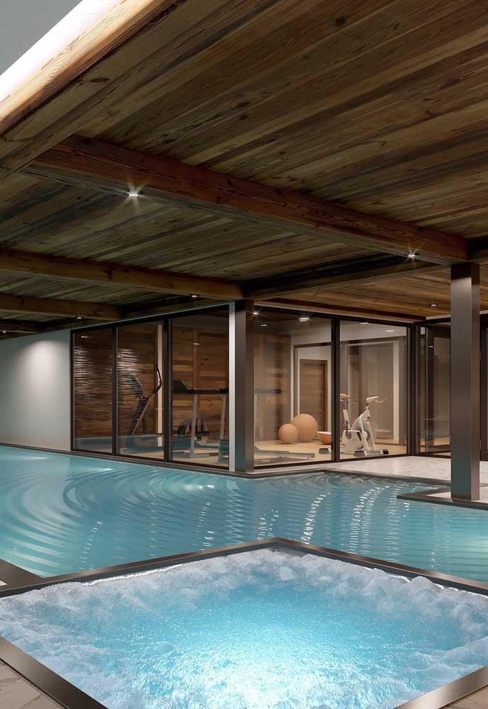 Piscina de fibra coberta com espaço dedicado à hidro massagem