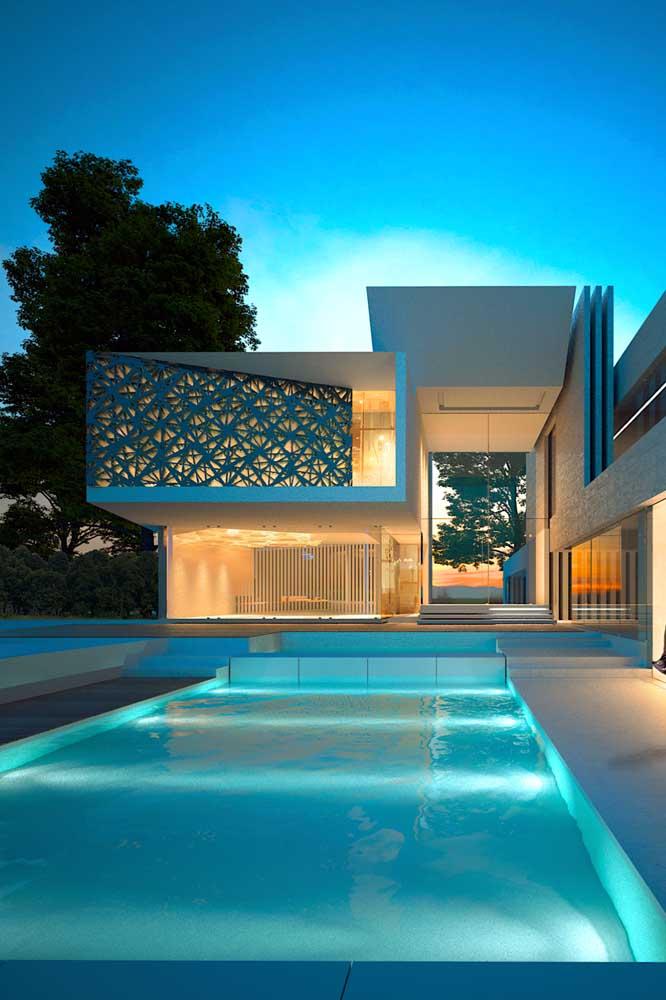 A iluminação na piscina de fibra permite a utilização durante a noite também