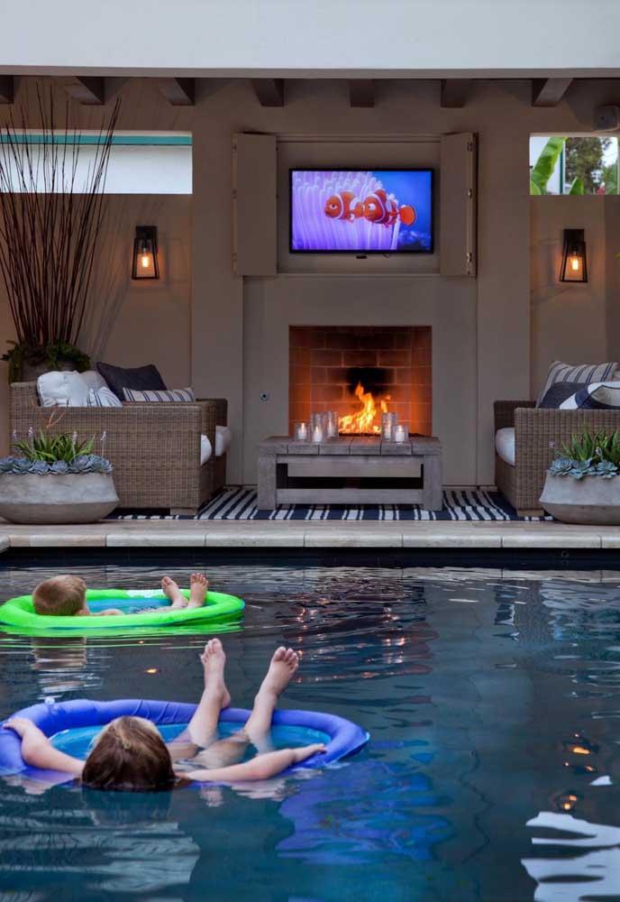 Aqui, a piscina de fibra é puro conforto