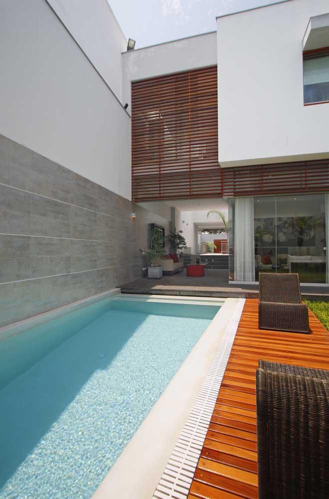 Piscina de fibra branca para o espaço externo da casa moderna
