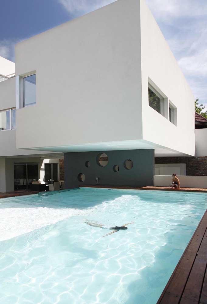 Já para quem tem espaço sobrando, uma piscina de fibra gigante não faz mal a ninguém