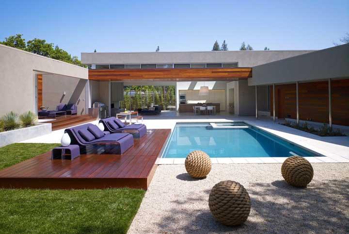 Se possível, coloque a piscina no projeto inicial da casa, assim você consegue determinar todo o espaço com base nesse elemento que é o principal