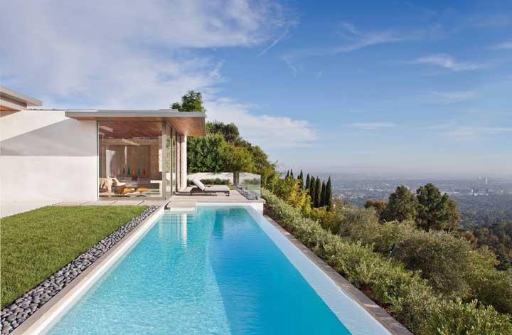 Uma bela piscina complementada por uma bela paisagem