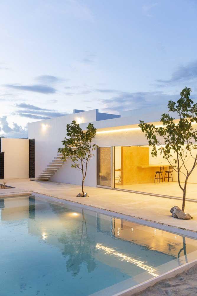 Essa piscina de fibra conta com a beleza de duas pequenas árvores na sua lateral
