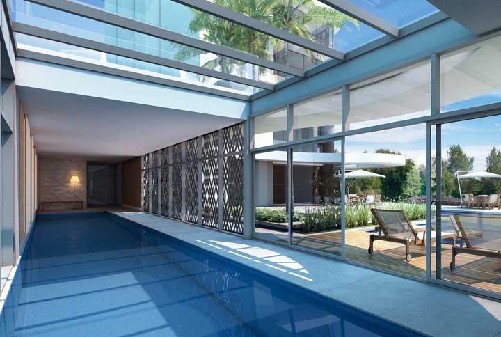 Piscina de fibra coberta, mas com iluminação natural garantida graças ao teto de vidro