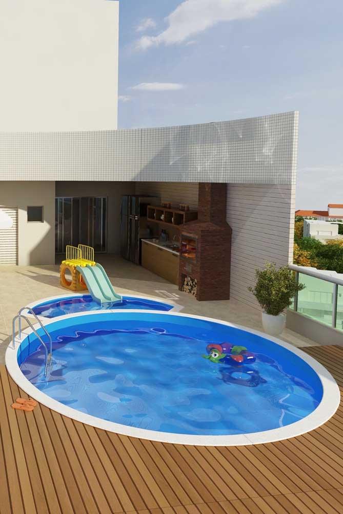 Piscina de fibra redonda instalada acima do solo; opção ideal para quem mora em apartamento; destaque para a área menor da piscina destinada às crianças