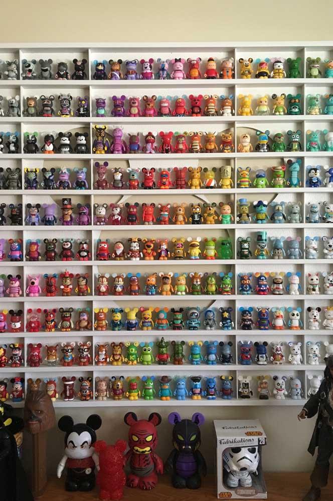 Uma coleção de action figures para gamer nenhum colocar defeito; repare no cuidado de organizar os bonecos por cor