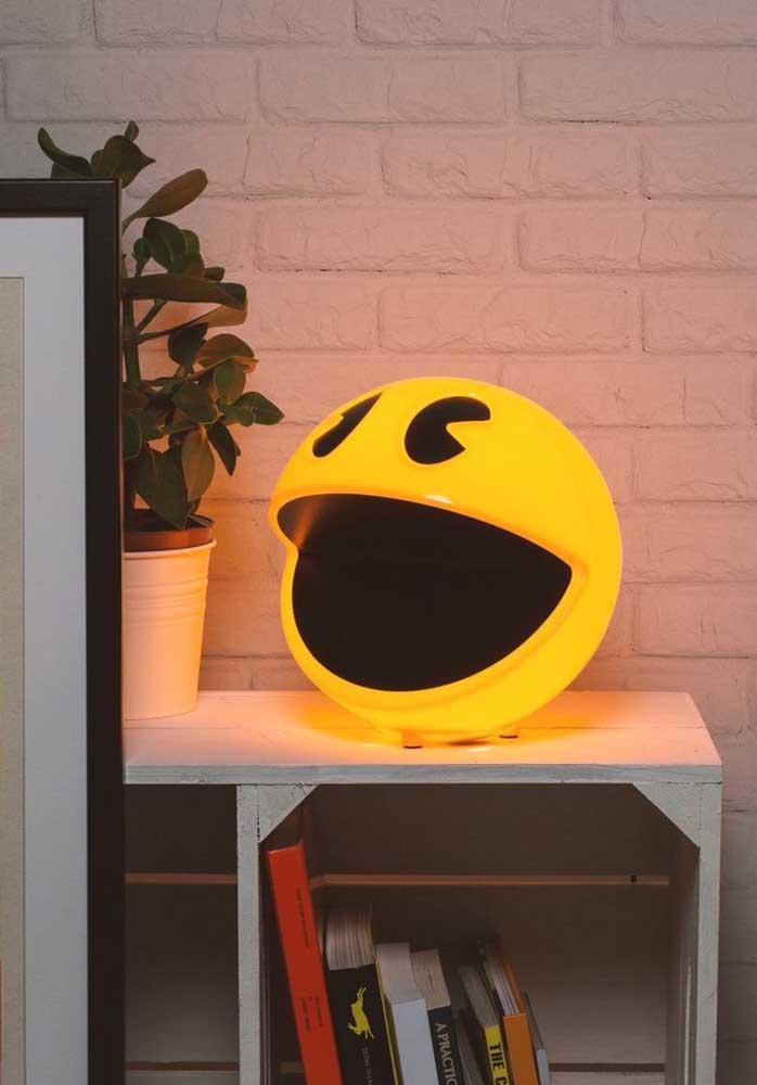 O clássico Pac Man virou objeto decorativo nesse quarto gamer