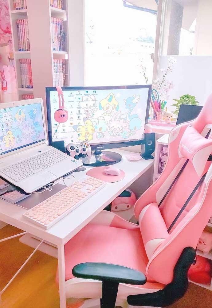 E que tal esse outro quarto gamer cor de rosa? A cadeira segue o mesmo estilo