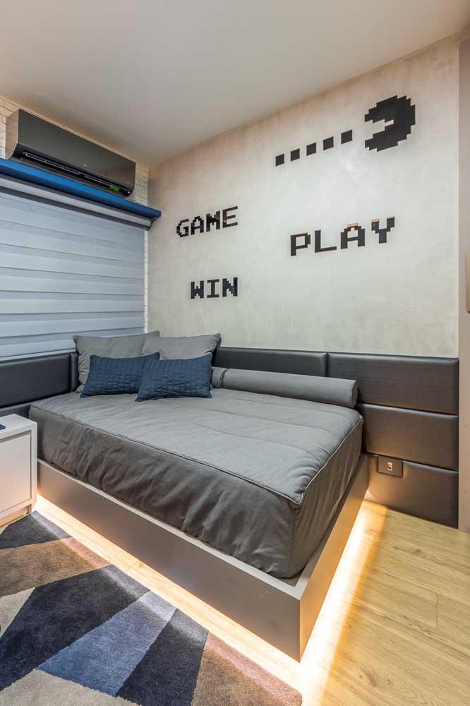 A iluminação causa um efeito interessante nesse quarto: a cama parece estar levitando