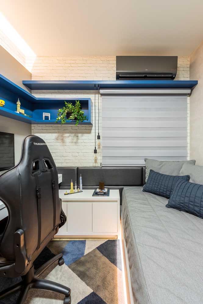 Inspiração de quarto gamer super pequeno, para acabar com a ideia de que só quartos grandes podem receber essa proposta de decoração