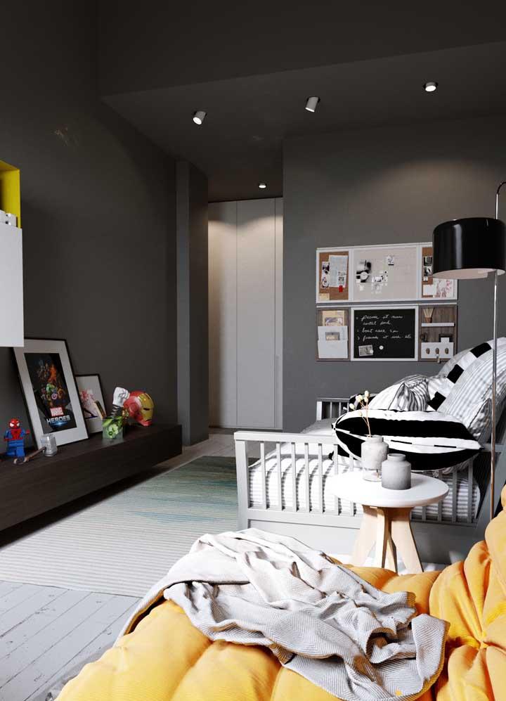 Cores escuras são perfeitas para quartos gamer, especialmente quando elas vêm combinadas a tons contrastantes, como o amarelo e laranja