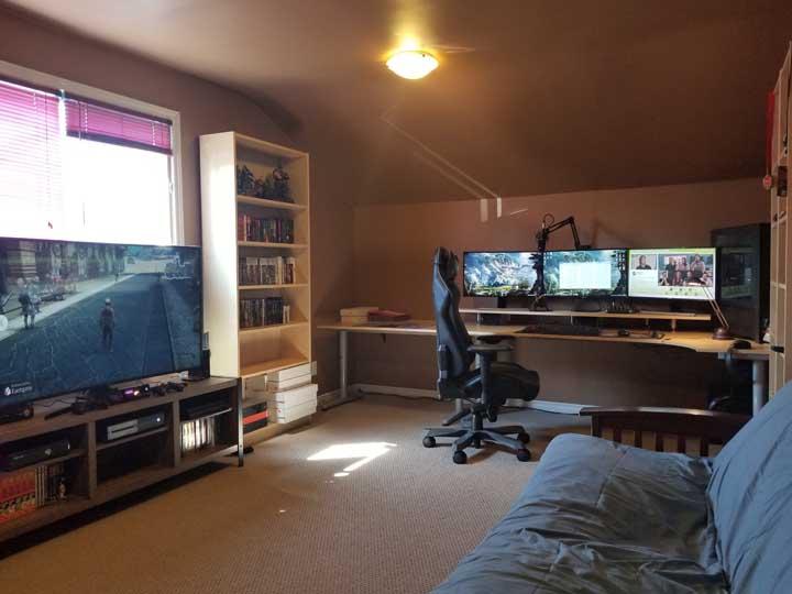 Telas, telas e mais telas! Um quarto para deixar o coração de qualquer gamer batendo mais forte