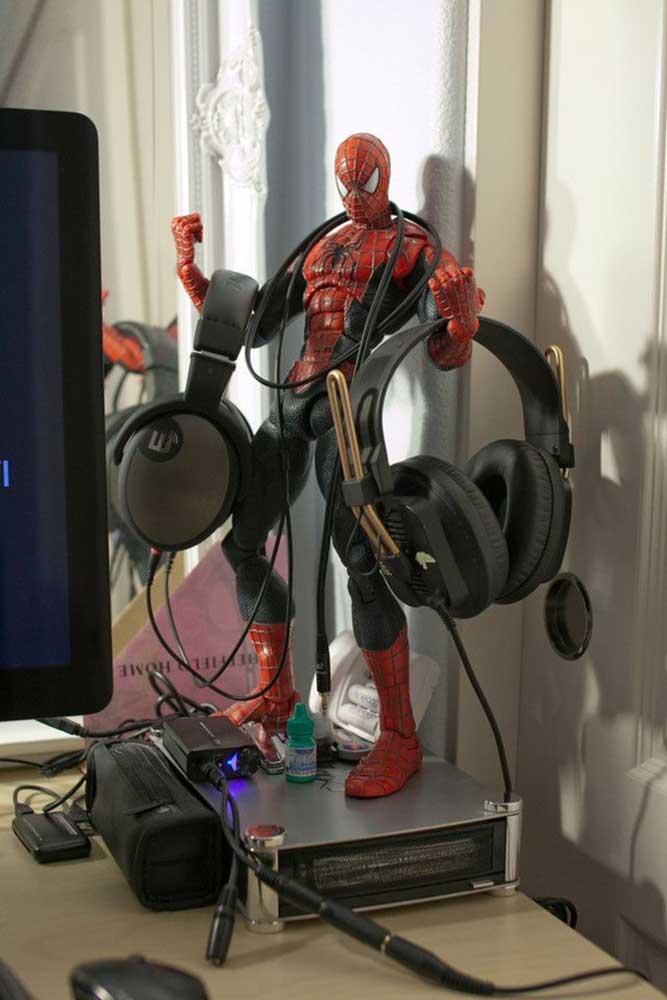 O homem aranha dá uma mãozinha na organização desse quarto gamer