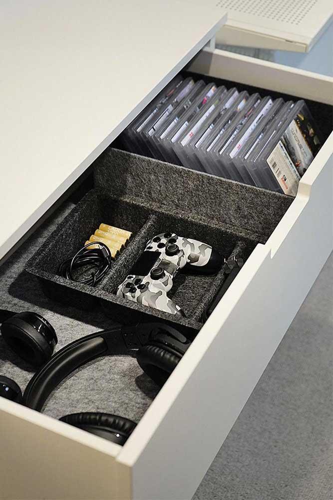 Uma gaveta impecavelmente organizada com os acessórios que todo gamer precisa