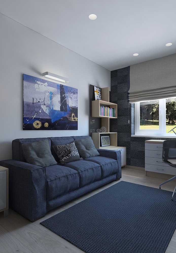 Sofá azul escuro para sala de estar moderna e neutra; repare na paleta de tons entre o cinza, branco e azul presente no restante da sala