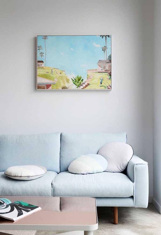 Claro e delicado, esse sofá azul com pés de madeira é uma excelente opção para propostas vintage de decoração