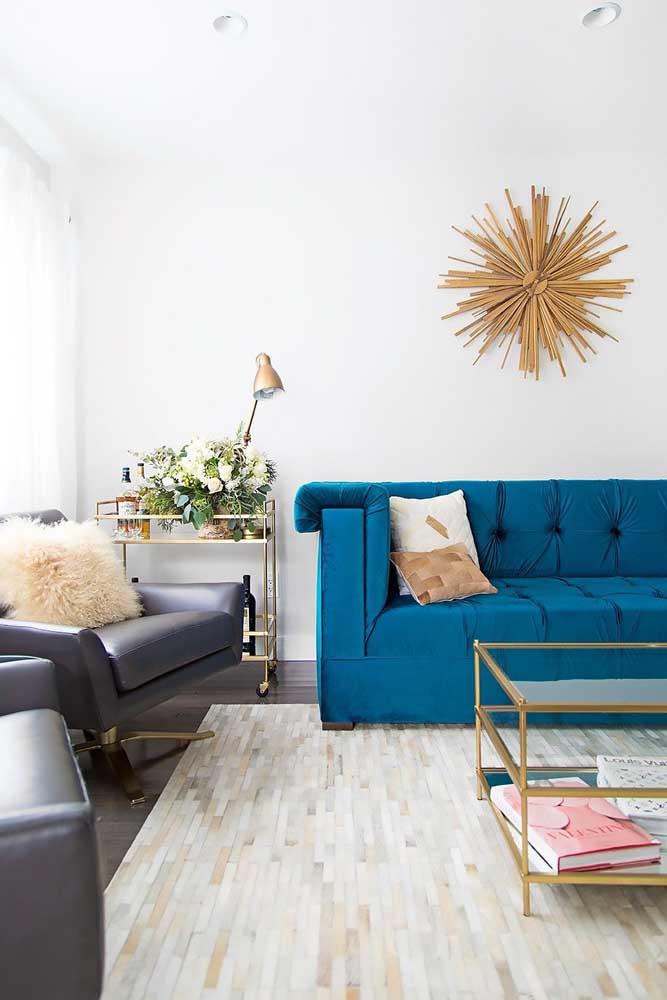 E na sala de tons neutros, o sofá azul royal é rei!
