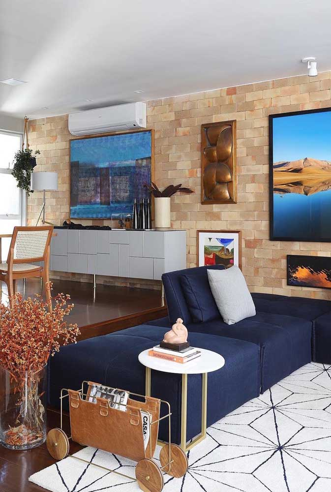 O tapete branco dessa sala evidenciou o sofá azul