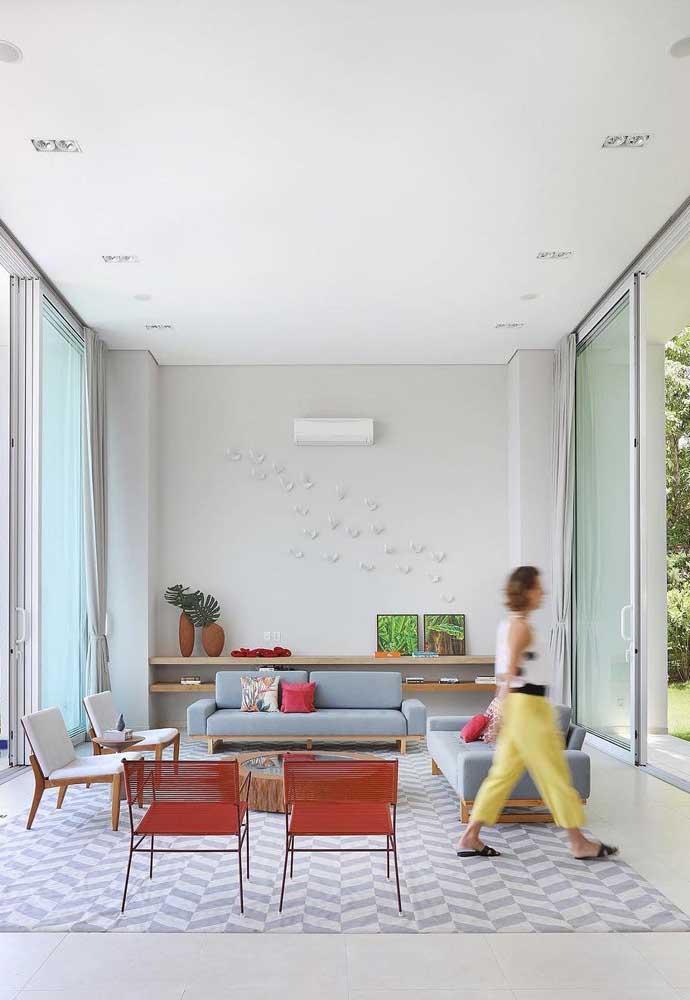 Essa inspiração é para quem ama um sofá azul, mas não deseja sair da neutralidade na hora de decorar