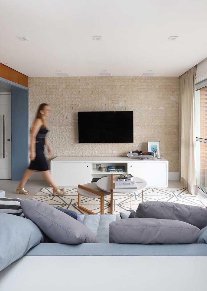 Sala moderna com sofá azul claro; tonalidades claras como essa exigem um pouco mais de cuidado para evitar manchas e marcas de sujeira