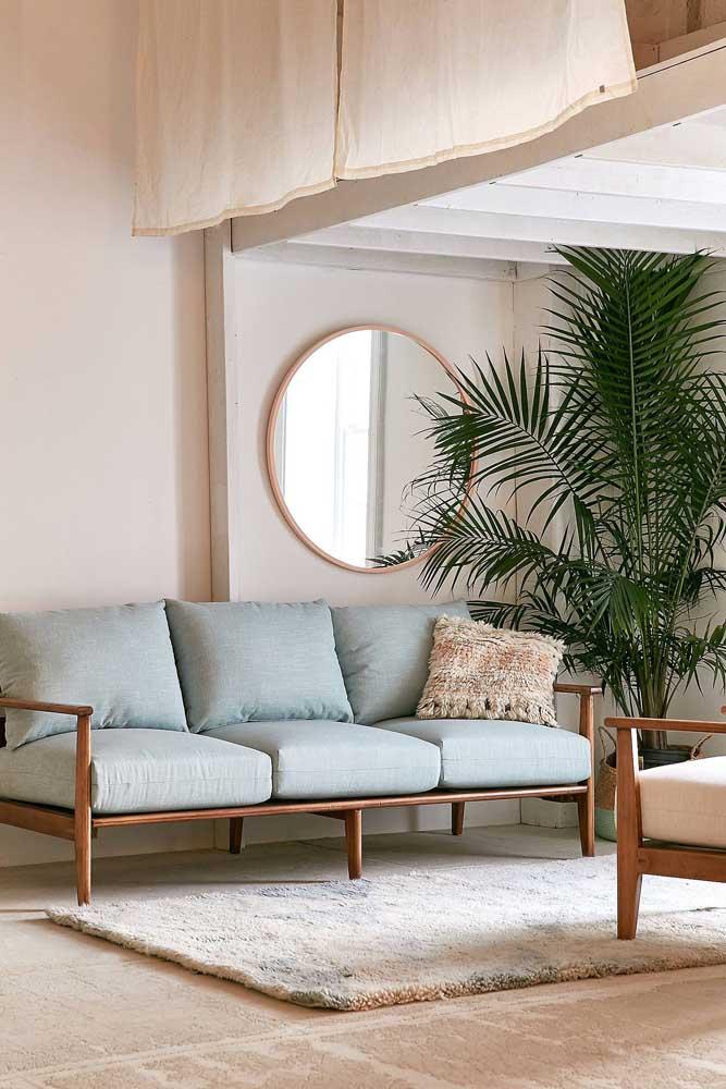 Decoração clean, neutra e delicada com o sofá azul claro