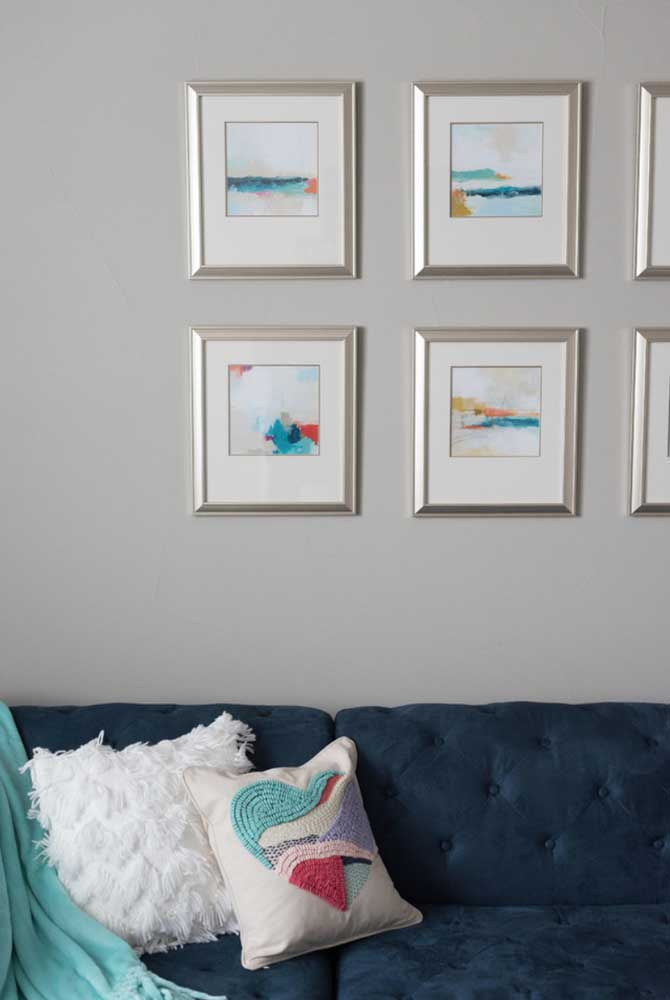 O destaque aqui vai para os quadrinhos na parede que trazem detalhes no mesmo tom azul do sofá