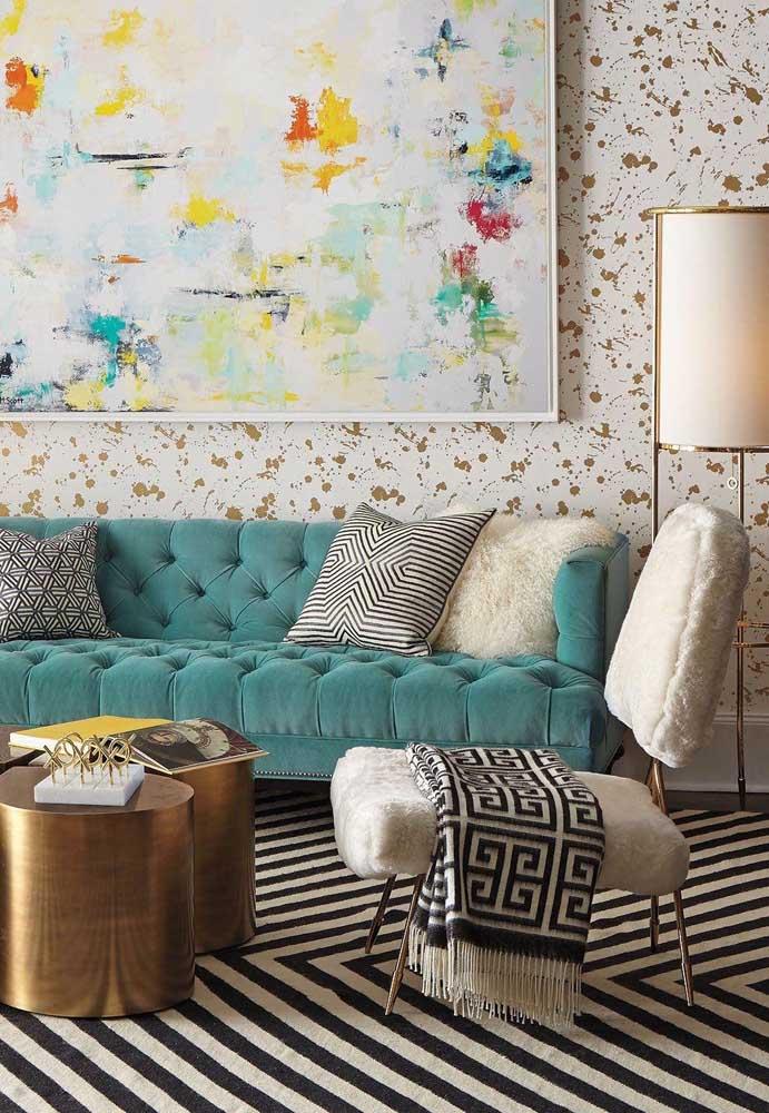 Essa sala se jogou no mix de cores e texturas sem medo de ser feliz! O sofá azul com capitonê é a peça chave da decor