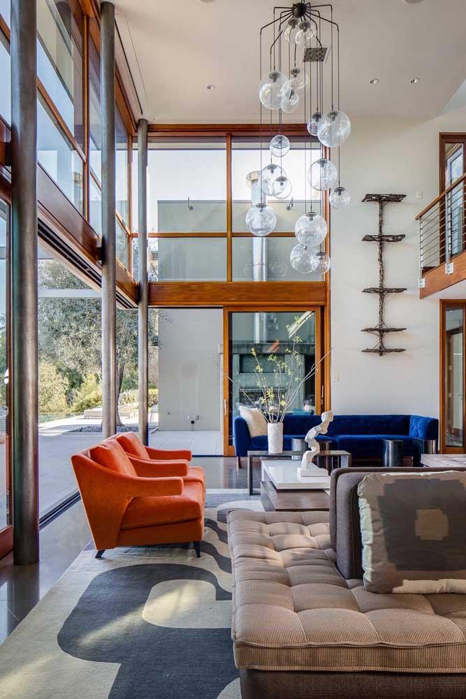 Azul e laranja: aqui, as cores complementares foram usadas nos sofás da sala ampla