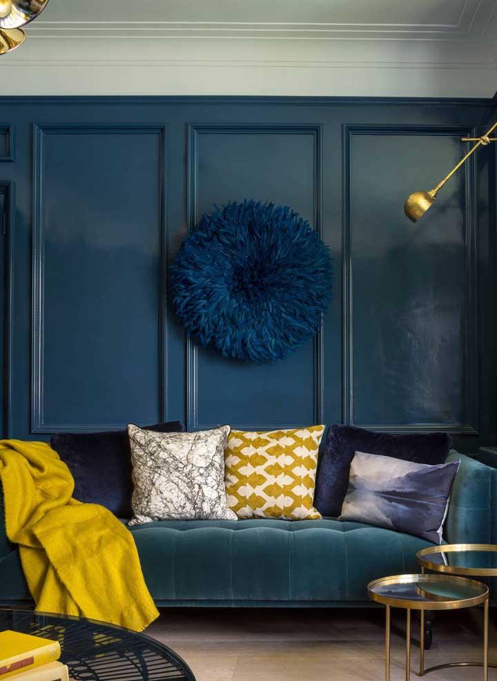 Olha essa tendência: parede e sofá no mesmo tom, fundindo-se numa coisa só! As almofadas e a manta de tom amarelo, no entanto, quebram um pouco essa uniformidade
