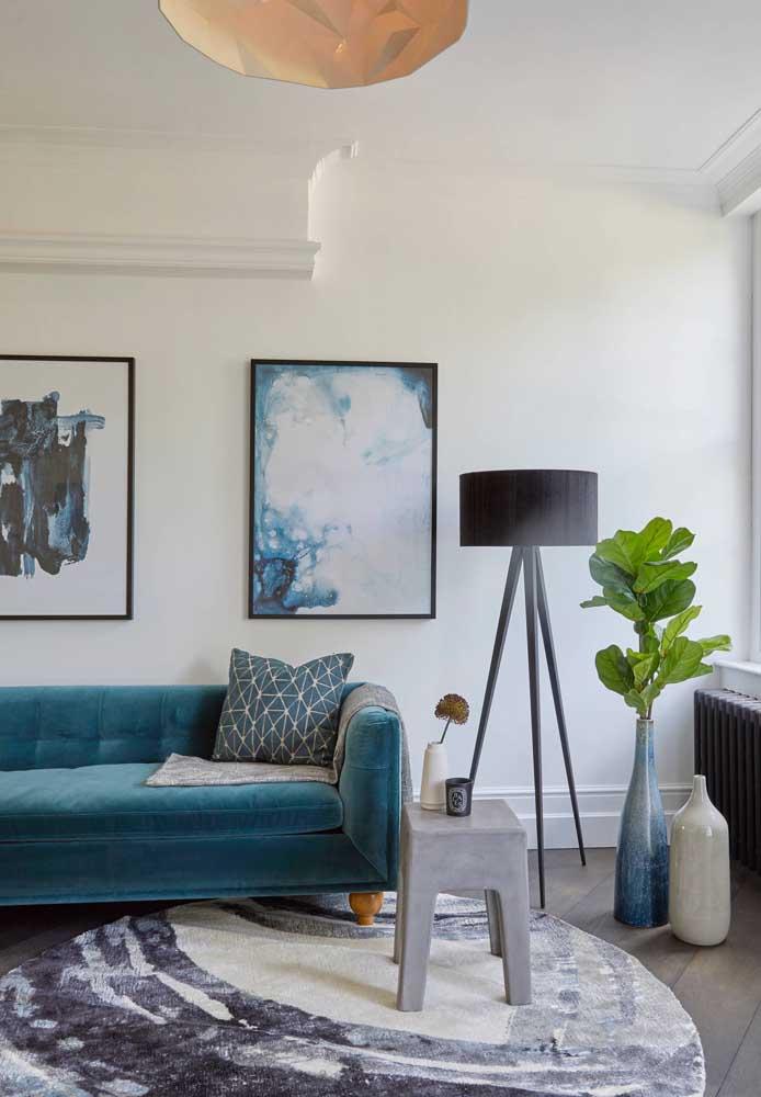 Sofá azul de veludo: vai bem em diferentes tipos de decoração