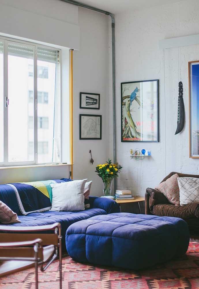 Aqui, puff e sofá se harmonizam na mesma tonalidade de azul
