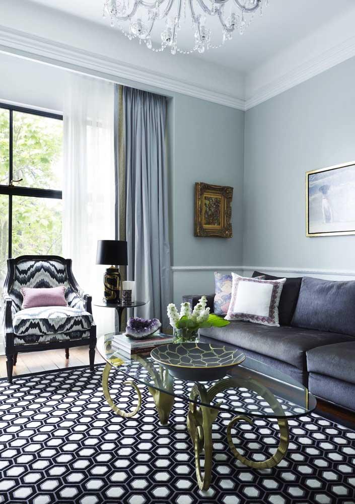Sala de estar decorada em tom sobre tom de azul; para o sofá a cor escolhida foi o azul petróleo