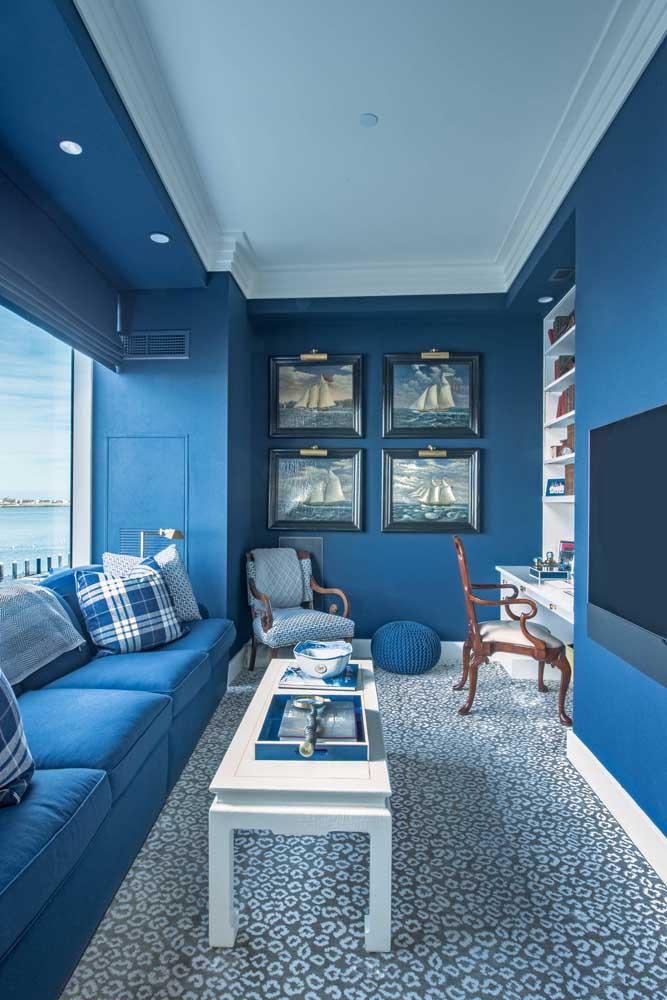 Mais uma linda inspiração de sofá e parede no mesmo tom de azul