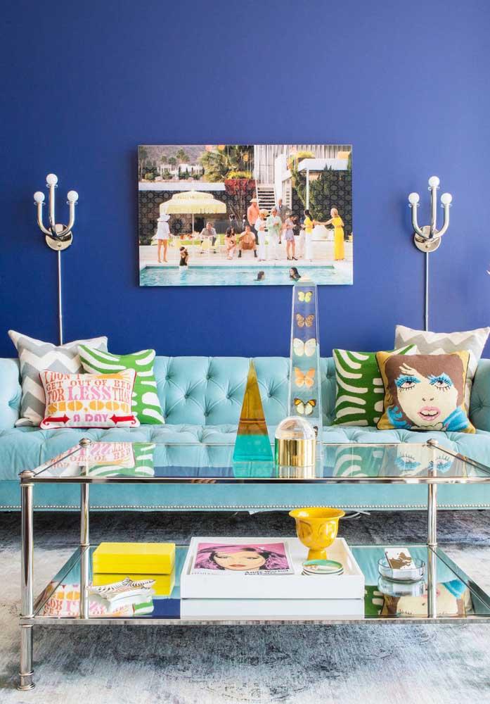 Composição moderna e de tons marcantes: aqui, o azul claro do sofá forma o contraste perfeito com a parede azul royal