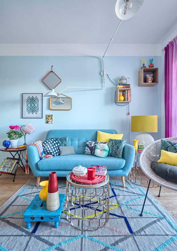 Linda inspiração de sala vintage decorada com sofá azul claro com pés de madeira